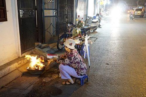 Chùm ảnh: Lửa đốt vàng mã bập bùng trong ngày Rằm tháng Giêng tại Hà Nội - Ảnh 12