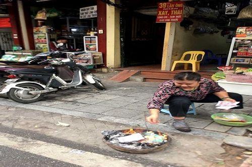Chùm ảnh: Lửa đốt vàng mã bập bùng trong ngày Rằm tháng Giêng tại Hà Nội - Ảnh 2