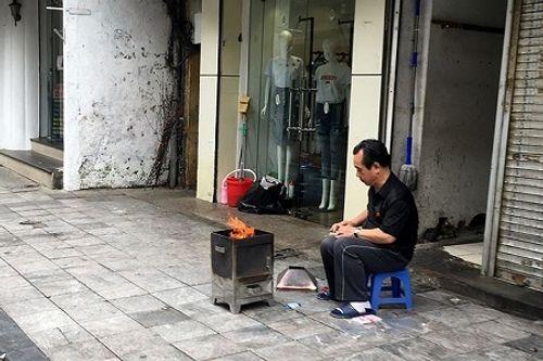 Chùm ảnh: Lửa đốt vàng mã bập bùng trong ngày Rằm tháng Giêng tại Hà Nội - Ảnh 7