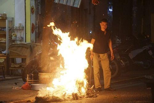 Chùm ảnh: Lửa đốt vàng mã bập bùng trong ngày Rằm tháng Giêng tại Hà Nội - Ảnh 9