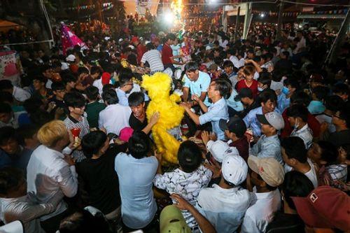 """Hàng nghìn người """"cướp"""" lộc trong Lễ hội Làm Chay ở Long An - Ảnh 3"""