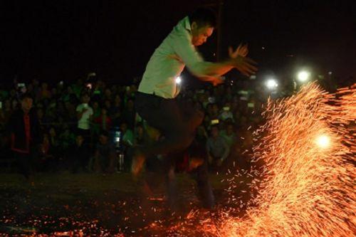 """Sốc với chân trần nhảy múa trên đống lửa của người Pà Thẻn trong tiếng """"gọi ma""""  - Ảnh 2"""