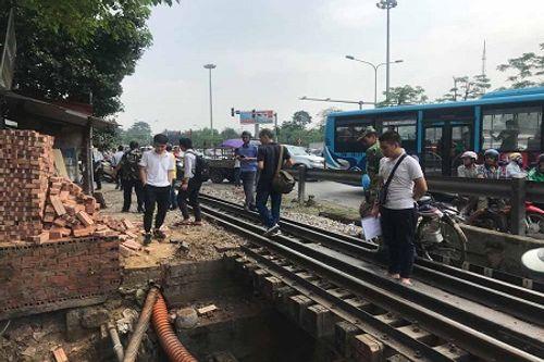Lái xe ba gác bị hất văng xuống cống sau cú va chạm với tàu hỏa - Ảnh 1