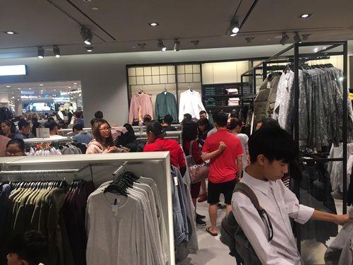 """H&M Hà Nội """"thất thủ"""" trong ngày khai trương, khách xếp hàng nửa tiếng chờ thanh toán - Ảnh 13"""