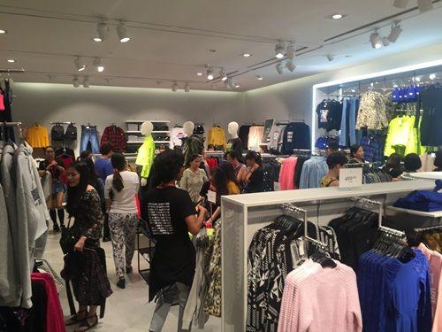"""H&M Hà Nội """"thất thủ"""" trong ngày khai trương, khách xếp hàng nửa tiếng chờ thanh toán - Ảnh 14"""