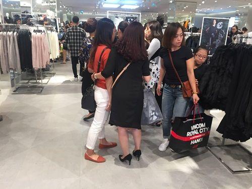 """H&M Hà Nội """"thất thủ"""" trong ngày khai trương, khách xếp hàng nửa tiếng chờ thanh toán - Ảnh 15"""
