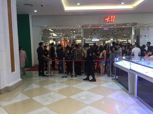 """H&M Hà Nội """"thất thủ"""" trong ngày khai trương, khách xếp hàng nửa tiếng chờ thanh toán - Ảnh 1"""