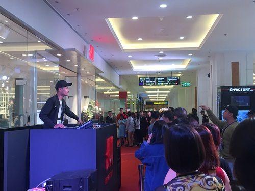 """H&M Hà Nội """"thất thủ"""" trong ngày khai trương, khách xếp hàng nửa tiếng chờ thanh toán - Ảnh 3"""