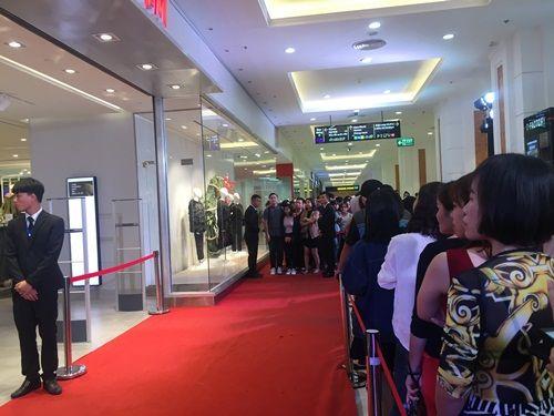 """H&M Hà Nội """"thất thủ"""" trong ngày khai trương, khách xếp hàng nửa tiếng chờ thanh toán - Ảnh 2"""