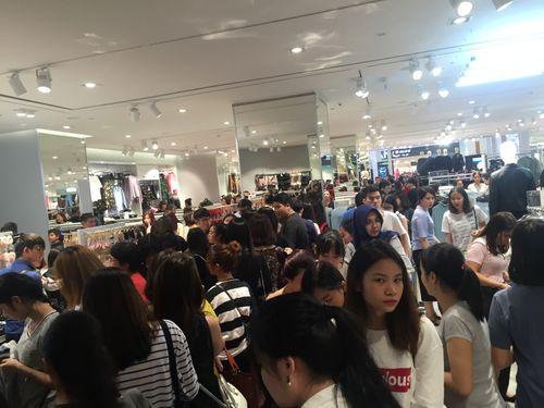 """H&M Hà Nội """"thất thủ"""" trong ngày khai trương, khách xếp hàng nửa tiếng chờ thanh toán - Ảnh 7"""