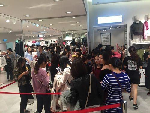 """H&M Hà Nội """"thất thủ"""" trong ngày khai trương, khách xếp hàng nửa tiếng chờ thanh toán - Ảnh 8"""
