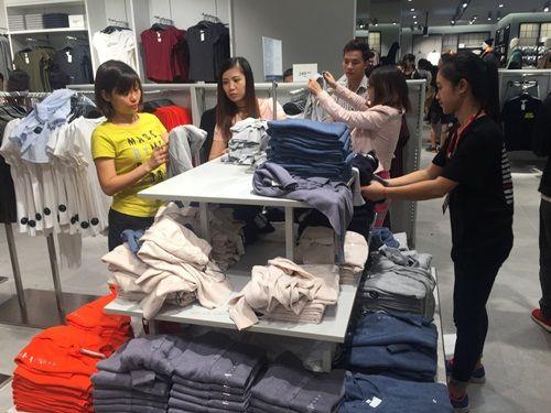 """H&M Hà Nội """"thất thủ"""" trong ngày khai trương, khách xếp hàng nửa tiếng chờ thanh toán - Ảnh 11"""