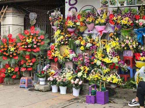 """Ngày 20/11: Hoa bó tiền triệu, hoa lẻ giá """"cao vút"""" lên 50 nghìn đồng/bông - Ảnh 1"""