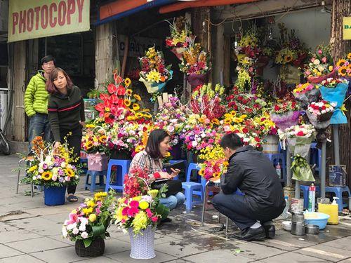 """Ngày 20/11: Hoa bó tiền triệu, hoa lẻ giá """"cao vút"""" lên 50 nghìn đồng/bông - Ảnh 5"""