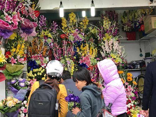 """Ngày 20/11: Hoa bó tiền triệu, hoa lẻ giá """"cao vút"""" lên 50 nghìn đồng/bông - Ảnh 10"""