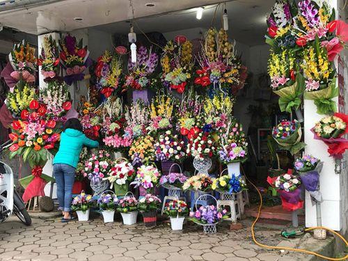 """Ngày 20/11: Hoa bó tiền triệu, hoa lẻ giá """"cao vút"""" lên 50 nghìn đồng/bông - Ảnh 9"""