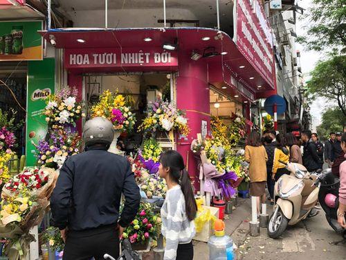 """Ngày 20/11: Hoa bó tiền triệu, hoa lẻ giá """"cao vút"""" lên 50 nghìn đồng/bông - Ảnh 7"""