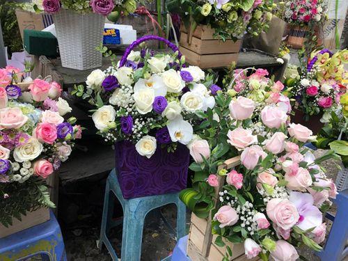 """Ngày 20/11: Hoa bó tiền triệu, hoa lẻ giá """"cao vút"""" lên 50 nghìn đồng/bông - Ảnh 6"""