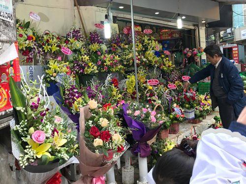 """Ngày 20/11: Hoa bó tiền triệu, hoa lẻ giá """"cao vút"""" lên 50 nghìn đồng/bông - Ảnh 2"""