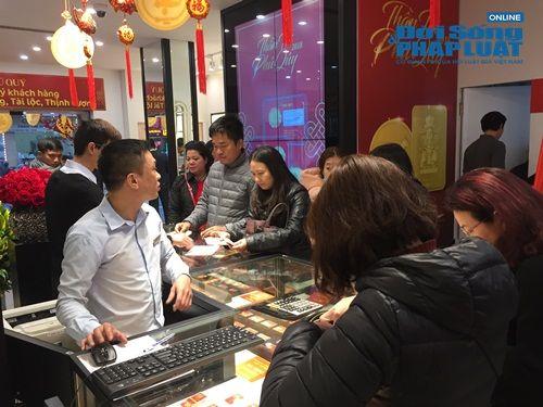 Tiệm vàng chuẩn bị đồ ăn cho khách vì xếp hàng quá lâu trong ngày vía thần tài - Ảnh 5