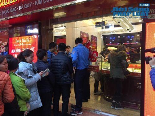 Tiệm vàng chuẩn bị đồ ăn cho khách vì xếp hàng quá lâu trong ngày vía thần tài - Ảnh 4