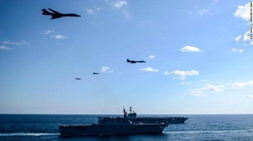 Bất chấp lời đe dọa từ Triều Tiên, 3 siêu tàu sân bay Mỹ phô diễn sức mạnh  - Ảnh 1