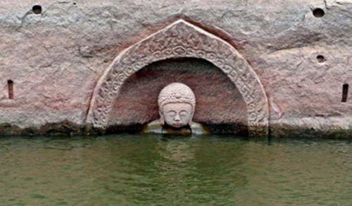 Tượng Phật nổi trên mặt nước, nhắc nhở quá khứ bị lãng quên - Ảnh 1