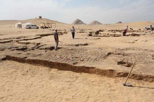 Tàn tích ngôi đền Pharaoh Ramses II được khai quật tại Giza - Ảnh 2