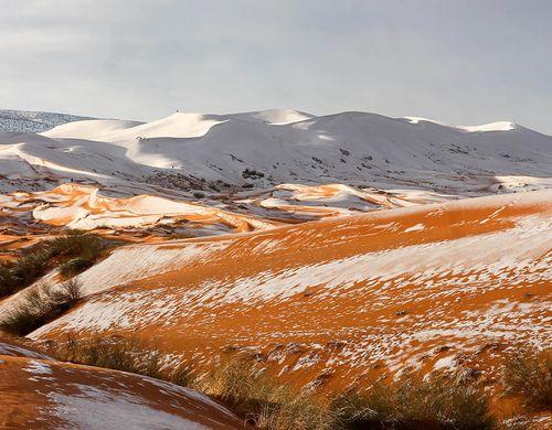 Ngỡ ngàng khi tuyết lại phủ trắng sa mạc Sahara - Ảnh 2