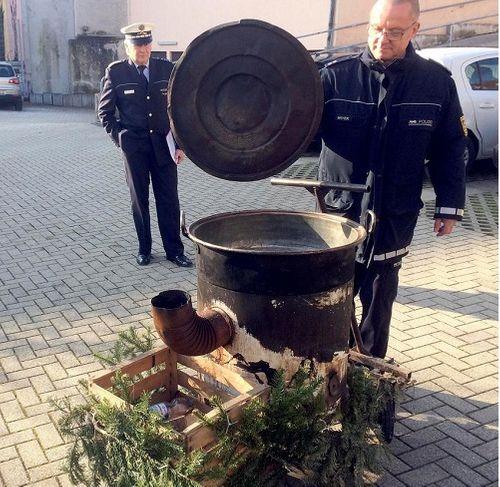 """Đức: Tham gia lễ hội, cô gái trẻ bị 2 """"phù thủy"""" ném vào vạc nước sôi - Ảnh 1"""