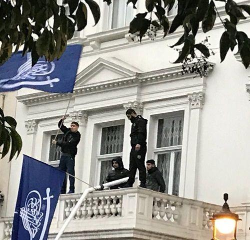 Đại sứ quán Iran ở Anh bị 4 kẻ áo đen đột nhập, hạ cờ - Ảnh 1