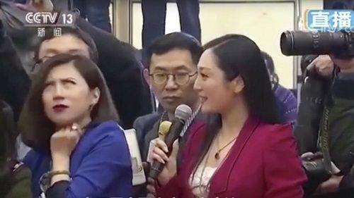 Phóng viên Trung Quốc bị 'ném đá' vì thái độ, lườm nguýt đồng nghiệp - Ảnh 1