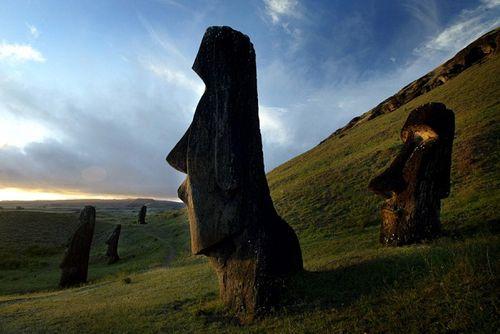 UNESCO: Các bức tượng trên Đảo Phục Sinh có thể bị chìm xuống biển - Ảnh 1