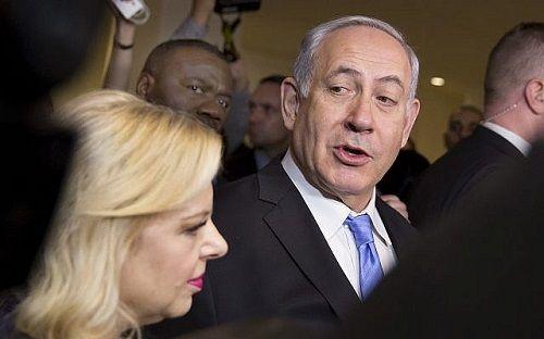 Thủ tướng Israel cùng vợ và con trai tiếp tục bị thẩm vấn vì cáo buộc tham nhũng - Ảnh 1