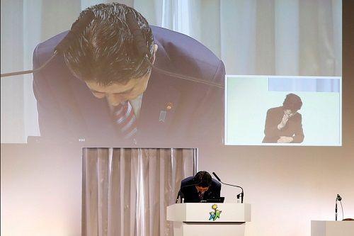 Thủ tướng Nhật Bản cúi người xin lỗi người dân sau cáo buộc lạm dụng chức quyền - Ảnh 1