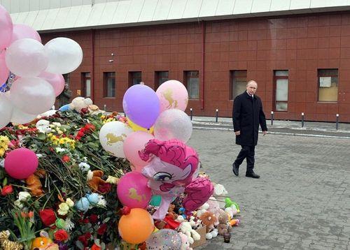 Tổng thống Putin đặt hoa tưởng niệm các nạn nhân trong vụ hỏa hoạn trung tâm thương mại ở Nga - Ảnh 1