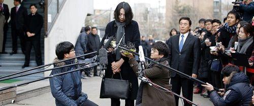 Sau bê bối của 2 cô con gái, vợ Chủ tịch Korean Air bị điều tra vì nghi hành hung nhân viên - Ảnh 2