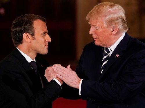 Hành động thân mật của Tổng thống Mỹ và Tổng thống Pháp gây 'bối rối' - Ảnh 1