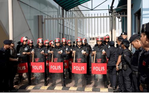 Malaysia: Hàng chục người bao vây sân bay vì nghi cựu thủ tướng tránh cáo buộc tham nhũng - Ảnh 2