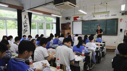"""Trường học gắn camera thông minh để """"soi"""" học sinh ngủ gật và lườm giáo viên - Ảnh 1"""