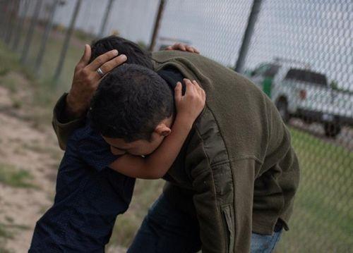 Mỹ cảnh báo sẽ tách trẻ em khỏi các gia đình vượt biên trái phép - Ảnh 1