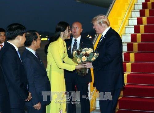 Chân dung nữ sinh xinh đẹp, giỏi 2 ngoại ngữ tặng hoa cho Tổng thống Donald Trump - Ảnh 1