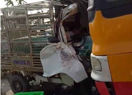 Xe tải chạy lấn làn đấu đầu xe khách khiến 2 người thương vong - Ảnh 1