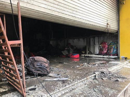Ba người la hét kêu cứu trong đám cháy tiệm túi xách  - Ảnh 1