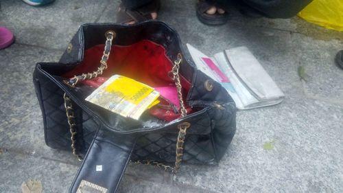 Vụ cháy ở chung cư Carina: Phát hiện túi xách chứa cọc tiền của cô gái tử vong - Ảnh 1