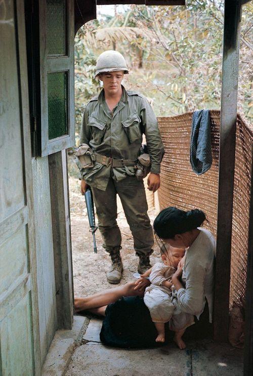 Gặp lại 'em bé' trong bức ảnh mẹ cho bú trước khi bị lính Mỹ hành quyết - Ảnh 1
