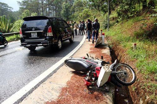 Tai nạn trên đèo Prenn: Xe máy đấu đầu ô tô, 2 người thương vong - Ảnh 3