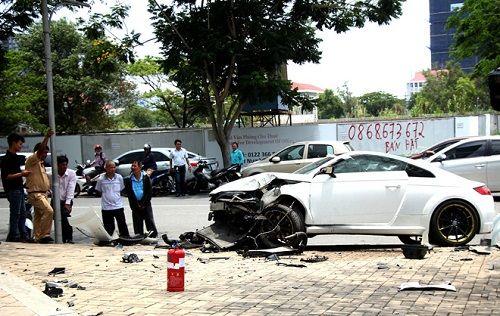 Tránh xe máy, xe sang Audi tông vào cột đèn nát đầu - Ảnh 1