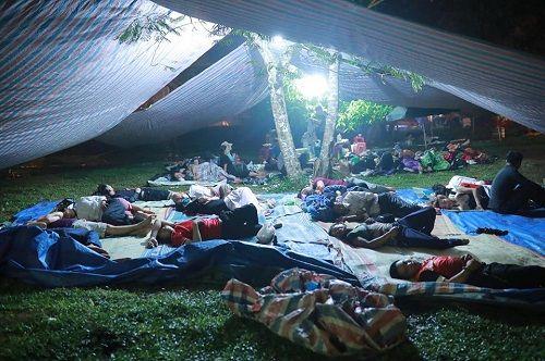 """Hình ảnh người dân """"màn trời, chiếu đất"""" xuyên đêm chờ được dâng hương ở Đền Hùng - Ảnh 2"""