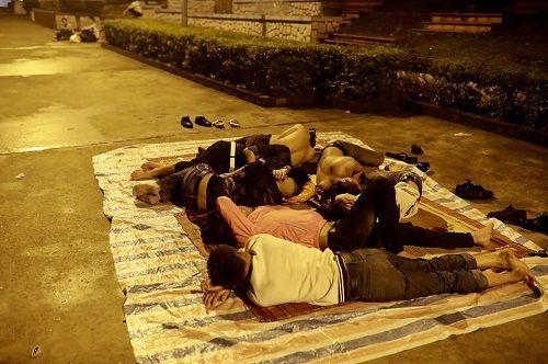"""Hình ảnh người dân """"màn trời, chiếu đất"""" xuyên đêm chờ được dâng hương ở Đền Hùng - Ảnh 3"""